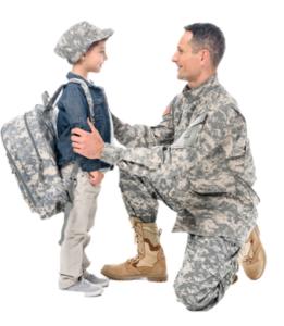 Soldado militar con su hijo.